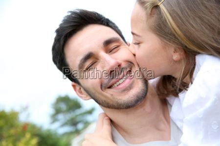 portrait der kleinen maedchen geben kuss