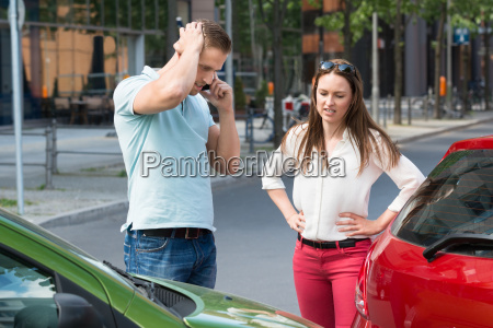 mand pa mobiltelefon efter bil kollision