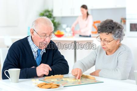gamle par spiller et spil