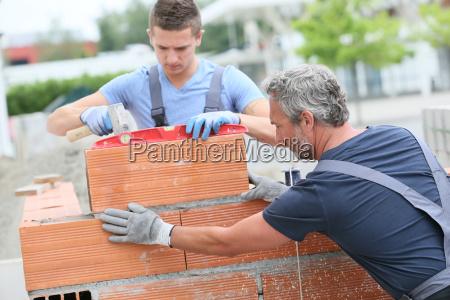 mason med praktikant i byggeri bygning