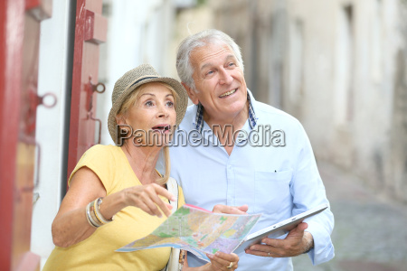 senior turister ga i gaden med
