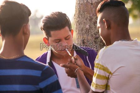 gruppe jugendlichen boy smoking cigarette mit