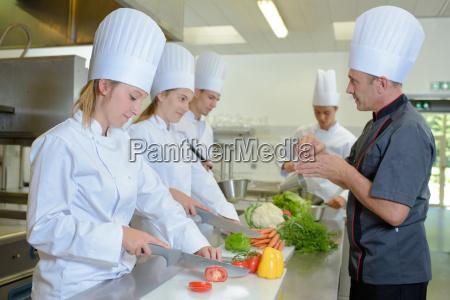 kok ser praktikanter pa arbejde