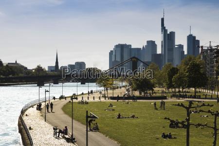 tyskland hessen frankfurt mennesker ved floden