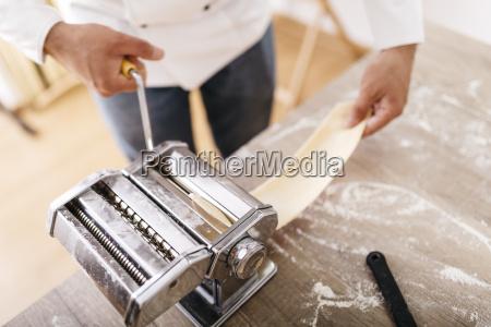 kok rullende dej med pasta maskine