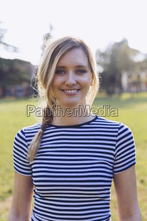 portraet af smilende blond kvinde ifort