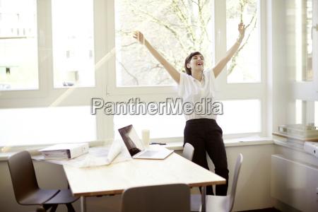 leende kvinde gor stretching motion i