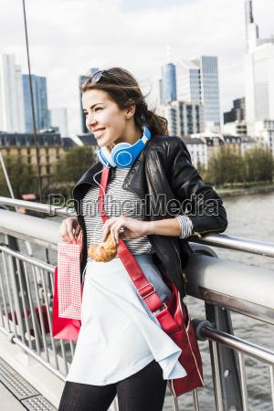 ung kvinde i byen med indkobsposer