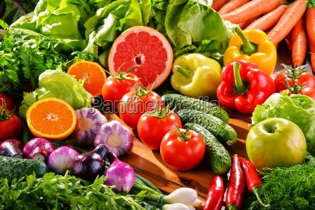 komposition med forskellige friske okologiske grontsager