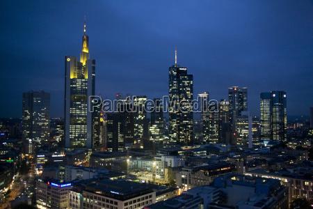 skyline of frankfurtfinansdistriktet om nattenluftfotofrankfurthessetyskland