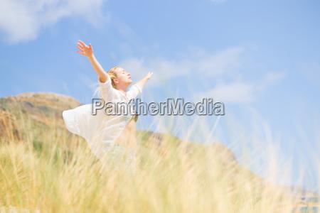 gratis glad kvinde nyder solen pa