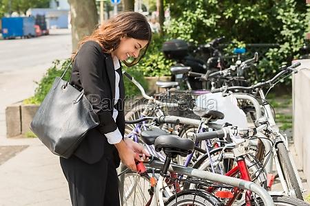 kvinde las handtaske mennesker folk personer