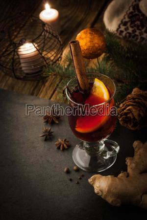 mulledvin med krydderier og julepynt lodret