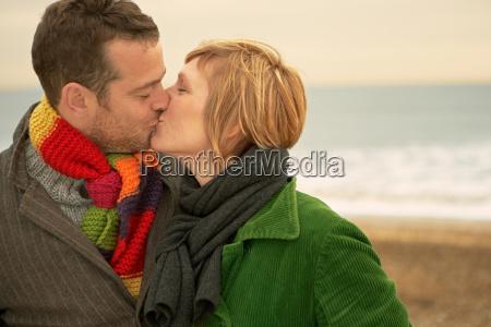 par kysse pa en strand efterar