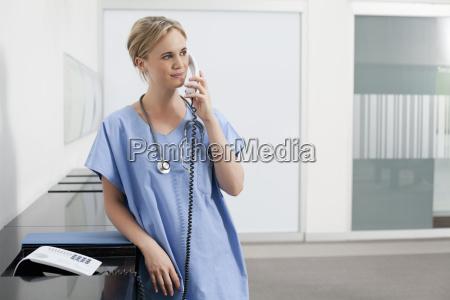 sygeplejer gor telefonopkald