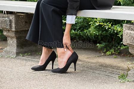 forretnings kvindes hand fjerne hoje haele