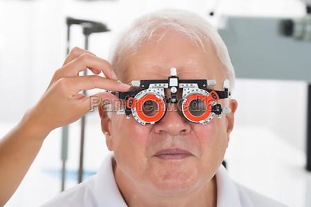 en optometrist kontrol patient vision med