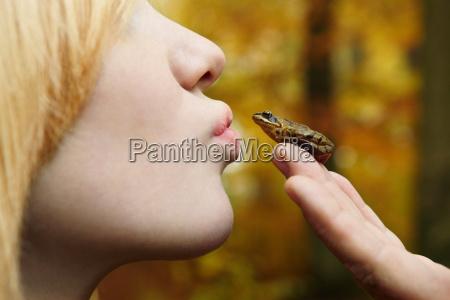 pige kysse lille fro i skoven