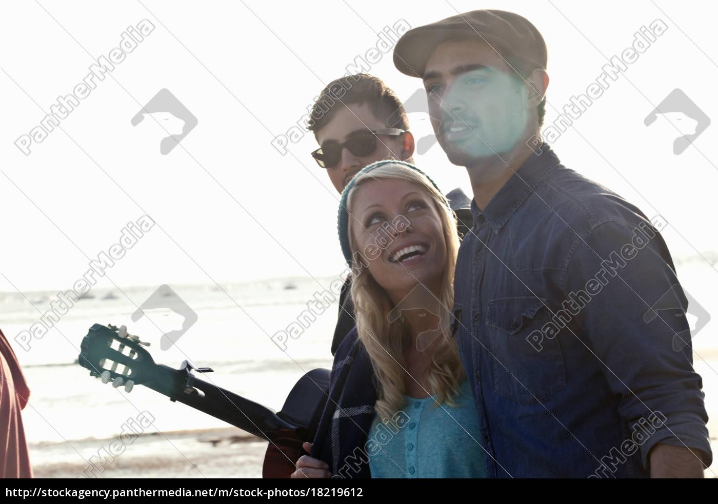 tre, voksne, venner, med, akustisk, guitar - 18219612