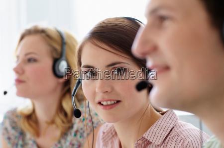 forretningsfolk der arbejder i headset