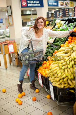 kvinde cardigan fnise smiler mad levnedsmiddel