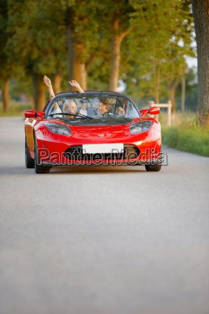 par i en elektrisk sportsvogn sjov