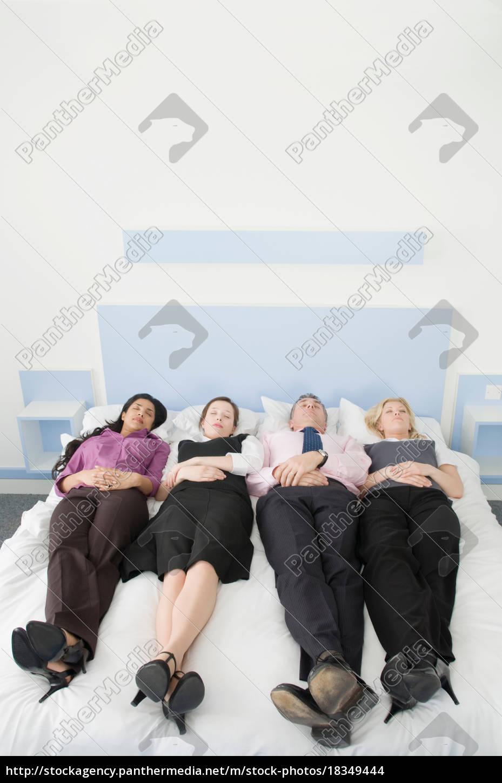 fire, forretningsfolk, ligger, i, en, seng - 18349444