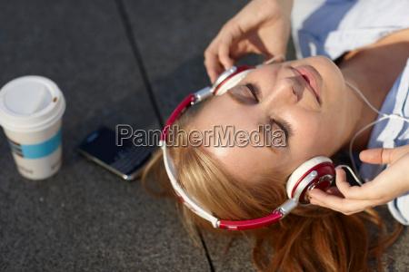 kvinder, med, hovedtelefon, med, i, frokostpause - 18453072