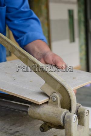 handvaerker flyde fliser bygningsarbejder faglaerte arbejdere