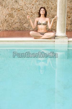 kvinde, meditere, ved, swimming, pool - 18614412