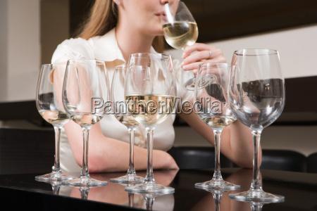 kvinde binge drikke vin