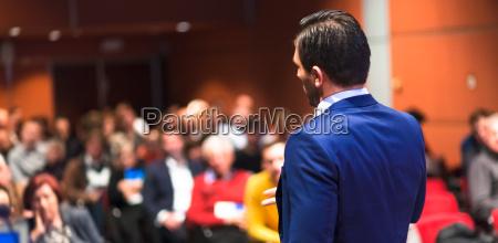 offentlig hojttaler giver tale pa business