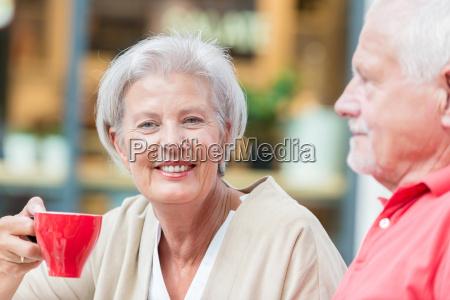 seniorer, har, en, kop, kaffe - 19129549