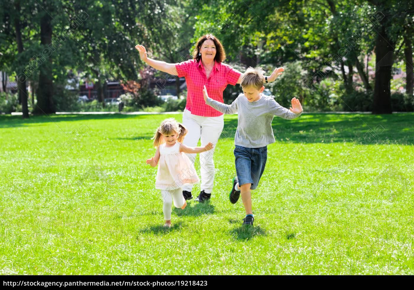 bedstemor, og, børnebørn, running, in, park - 19218423