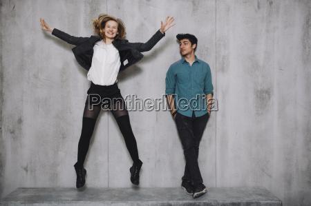 par foran beton vaeg kvinde springning