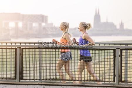 to unge kvinder korer pa broen