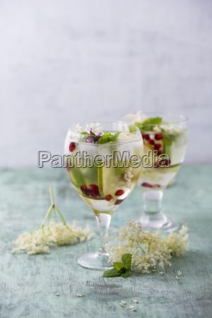 stilleben glas baeger drikkeglas flydende blomstre