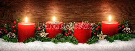 advent dekoration med tre stearinlys flammer