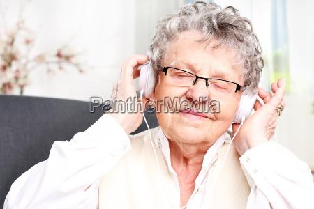 bedstemor lytter til musik