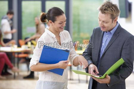 mand og kvinde tutors diskuterer noter