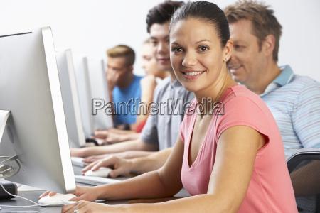 gruppe af studerende i computer klasse