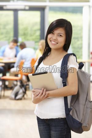 portraet af kvindelig studerende i klassevaerelset