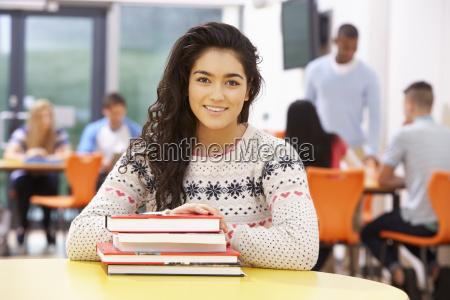 kvindelige teenage studerende i klassevaerelset med