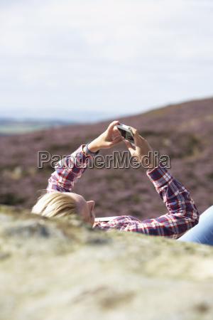 teenage pige ved hjaelp af mobiltelefon
