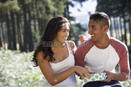 ungt par nyder picnic i landskabet