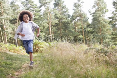 dreng, løber, gennem, skoven - 19408924