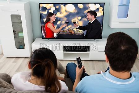 ungt par der ser film sammen