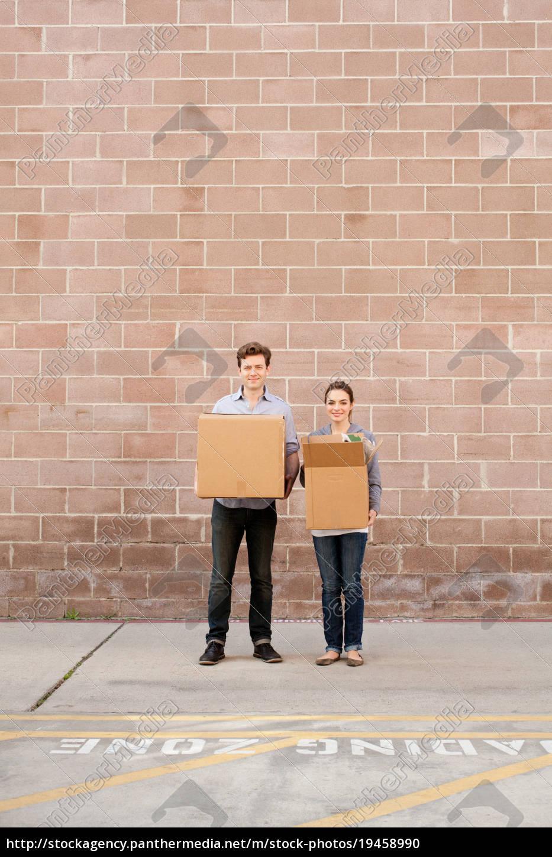 portræt, af, unge, par, holde, papkasser - 19458990