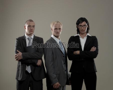 kvinde briller staende facade forretning forretningsaftale