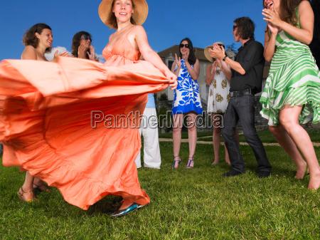 kvinde nederdel bevaegelse positionsaendring forskydning fnise